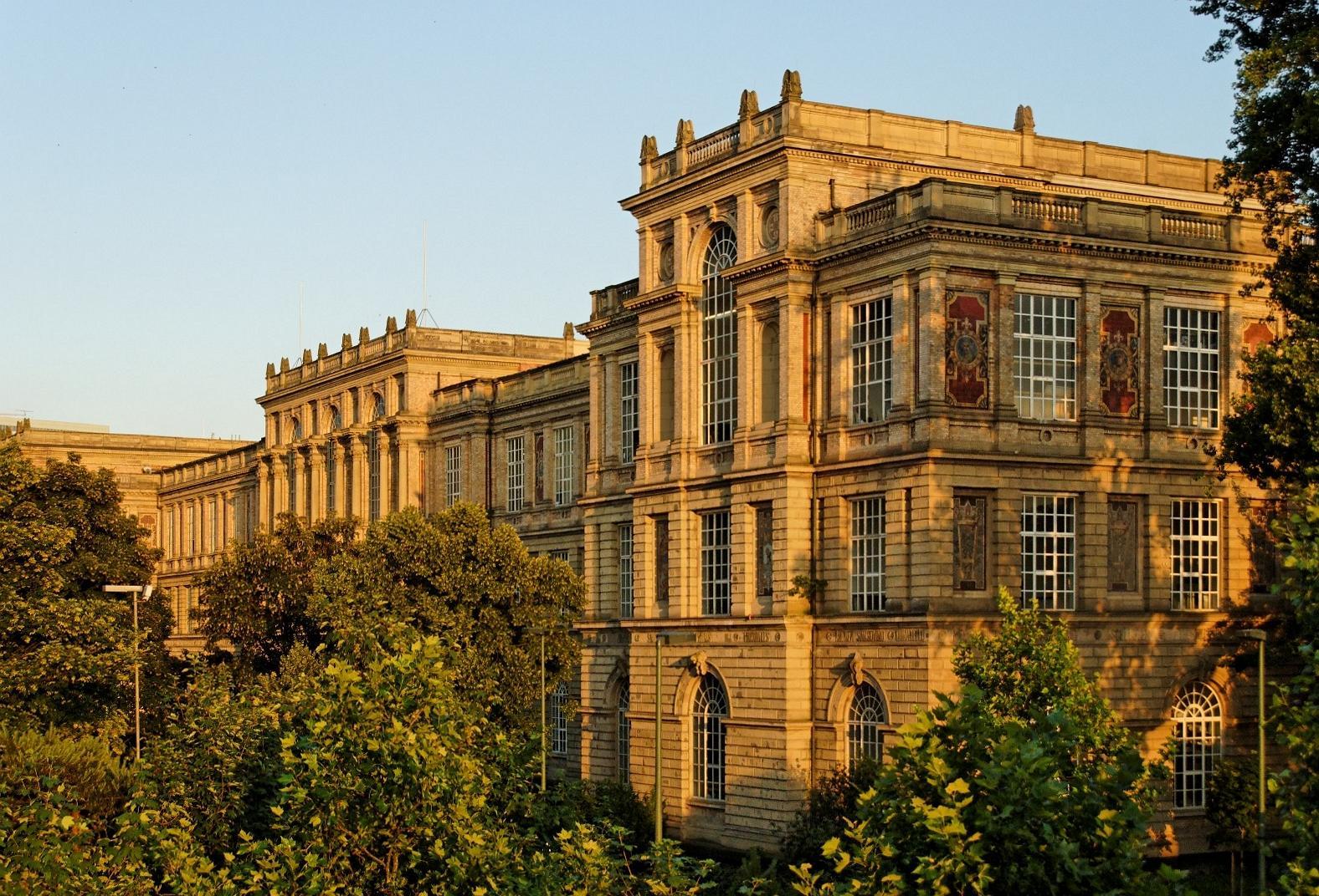 Kunstakademie_in_Duesseldorf-Altstadt,_von_Nordwesten.jpg